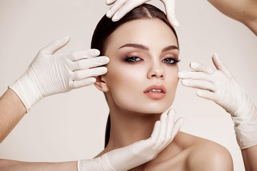 אישה לאחר ניתוח מתיחת פנים