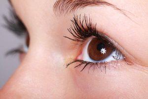 עיני אישה המרימה עפעפיים